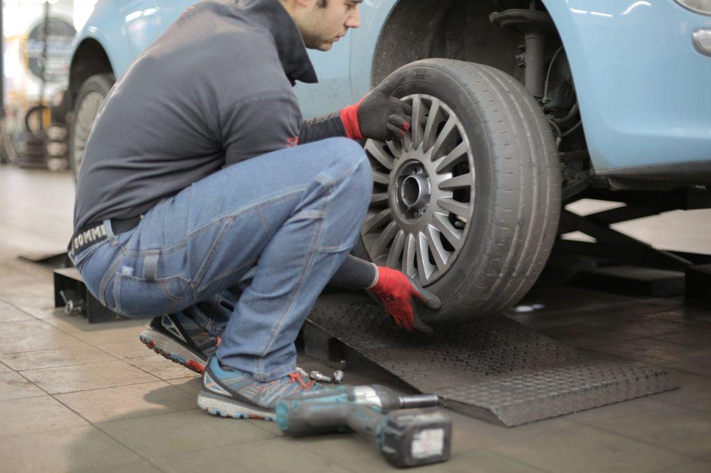Garagiste montant pneu, roue de voiture